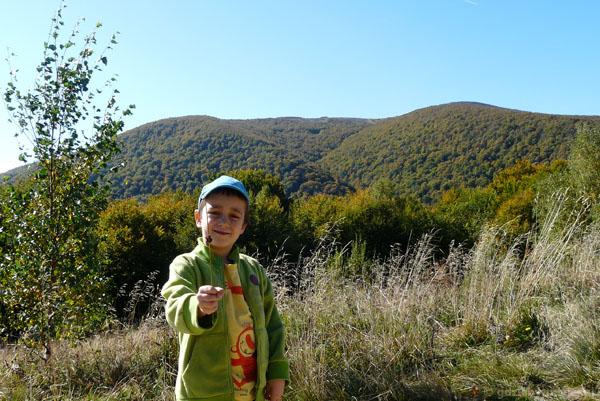 Przyszły turysta górski w pełnej krasie