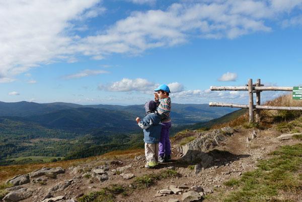 Chłopcy liczą szczyty na horyzoncie