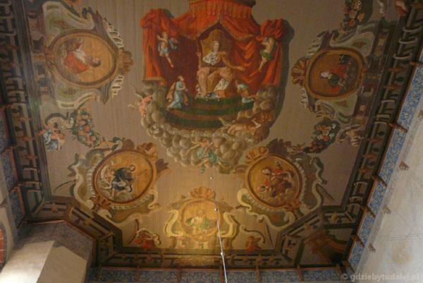 Polichromia na modrzewiowym stropie