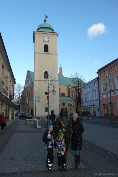 Kościół farny (XV, wielokrotnie przeb.).