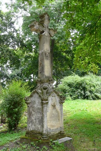 Kamienny krzyż w parku.