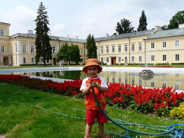 Przed Pałacem Czartoryskich.