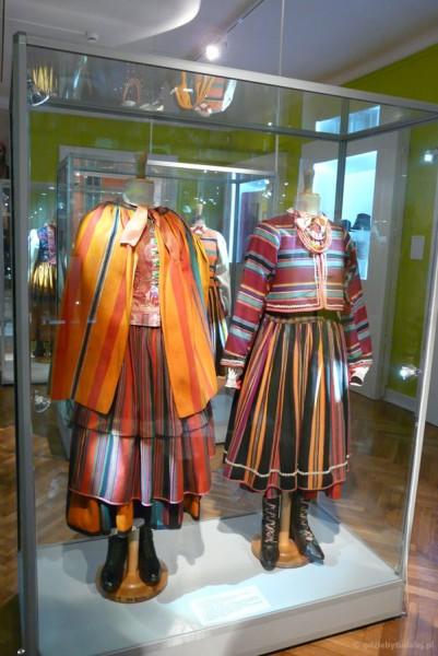 Tradycyjny strój łowicki - piękne pasiaki.