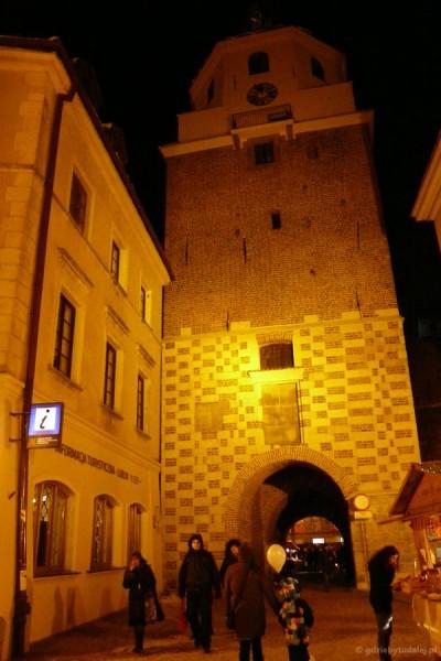 Brama Krakowska po zmroku