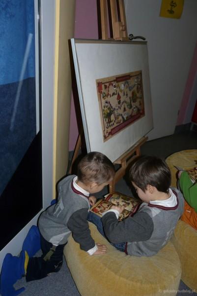Chłopcy uzupełniają swoje mapy