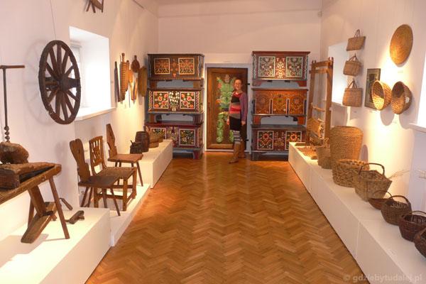 Etnograficzna część zbiorów muzeum w Łowiczu.