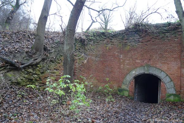 Przejście pod wałami pod Mur Carnota.