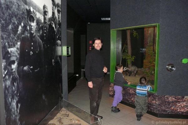 Ośrodek dydaktyczny KPN - chłopcy oglądają borsuka.
