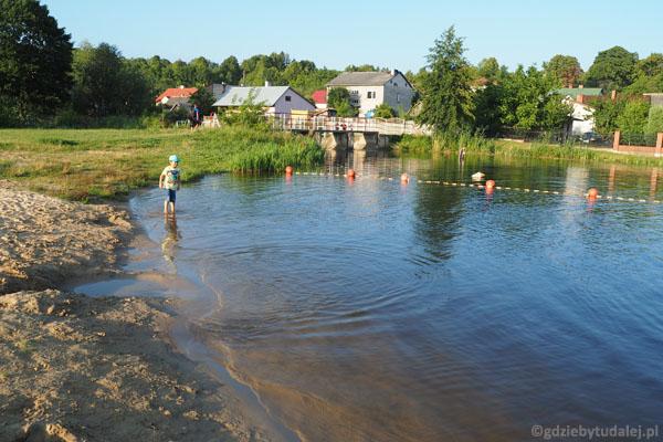 Nad zalewem jest strzeżone kąpielisko