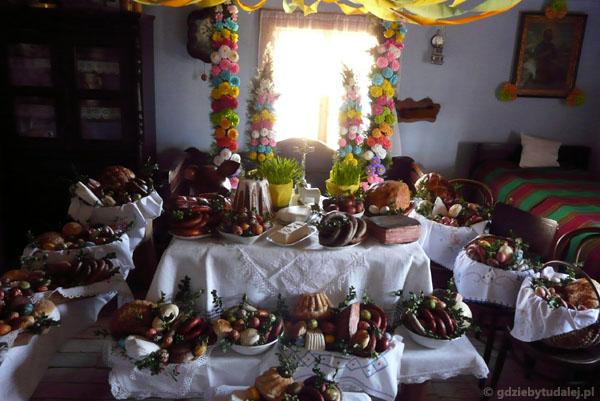 Święcono potrawy w chacie najbogatszego gospodarza.