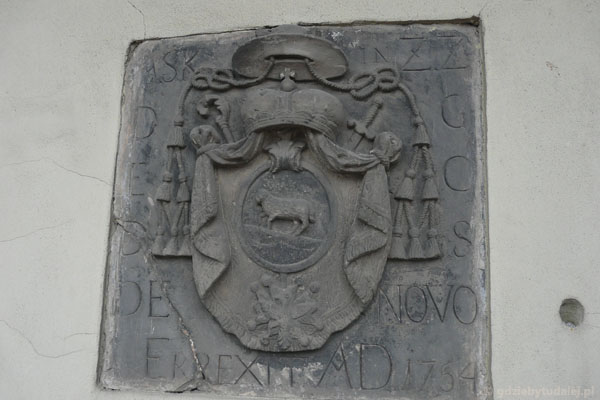 Tablica erekcyjna (widać insygnia biskupie).