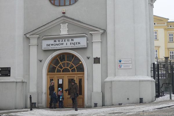Wchodzimy do przemyskiego Muzeum Fajek i Dzwonów.