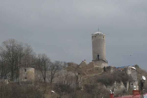 Ruiny zamku biskupów krakowskich prezentują się okazale.