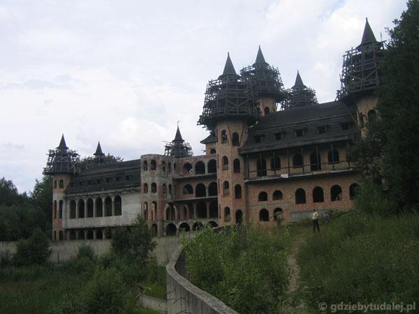 Niedokończony (prywatny!) zamek w Łapalicach