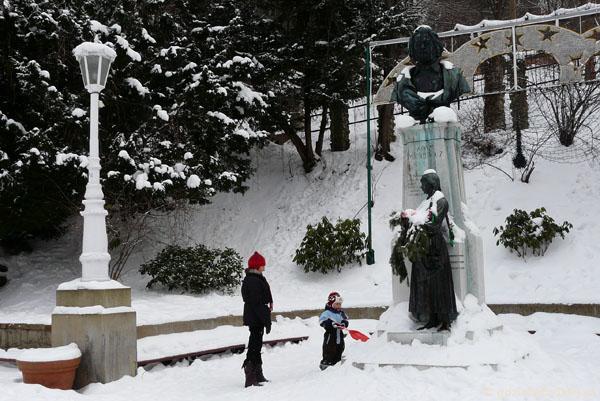 Tymuś odśnieża Pomnik Mickiewicza.