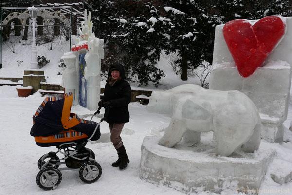 Rzeźby z lodu na Bulwarach Dietla.