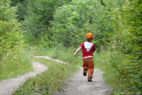 Spacer na 'drogę ze szlabanem'.
