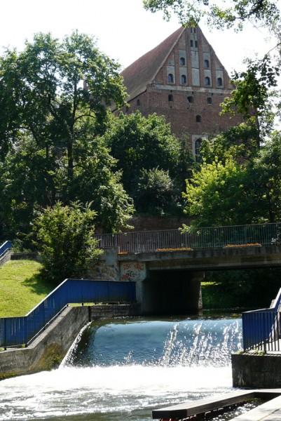 Widok na olsztyński zamek i próg na Łynie.