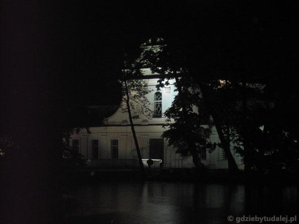 Zwierzyniecki kościół na wodzie wieczorem