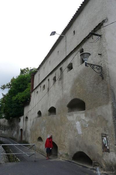 Uliczka wzdłuż murów miejskich.