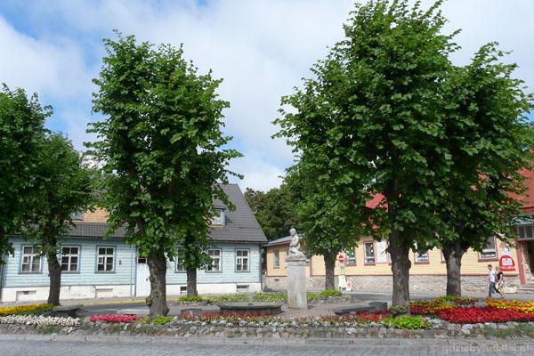 Centrum Haapsalu - drewniano-kwiatowe.