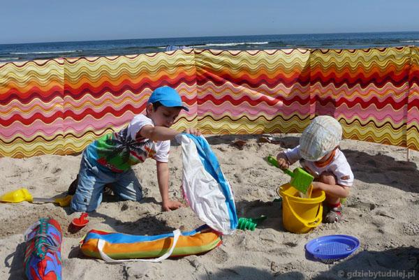 Chłopcy na plaży mieli pełne ręce roboty.