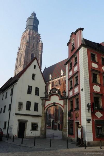Wrocław. Renesansowy Jaś i barokowa Małgosia, gotcki kościół Św.Elżbiety w tle.