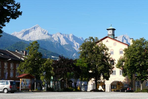 Alpspitze góruje nad Garmisch-Partenkirchen.