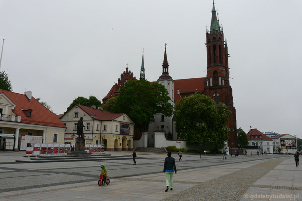Archikatedra - biały kościół (XVII w.) i ''dobudówka'' J.P.Dziekońskiego (pocz. XX).