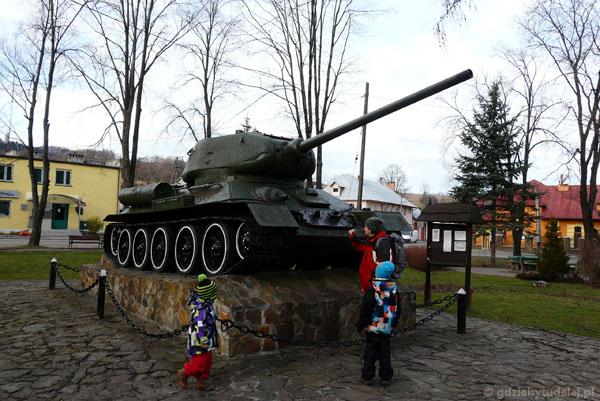 Chłopcy studiują budowę czołgu.
