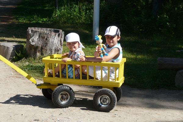 Chłopcy wsiedli do swego pojazdu.