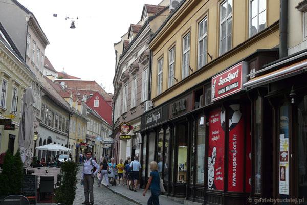 Uliczkami starówki w Zagrzebiu.