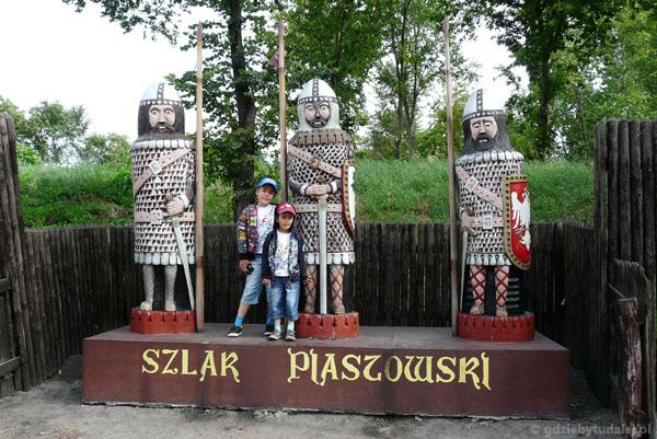 W Kruszwicy witają nas prasłowiańscy wojowie.