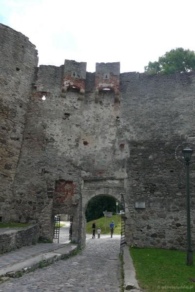 Zamek biskupi (XIII) w Haapsalu - wchodzimy do środka.