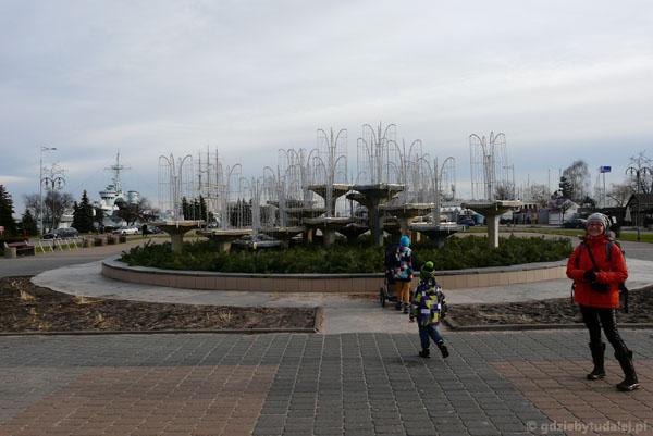 Świetlna fontanna na Skwerze Kościuszki w dzień.