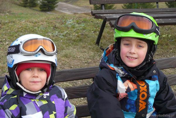Dwaj najdzielniejsi narciarze na stoku.