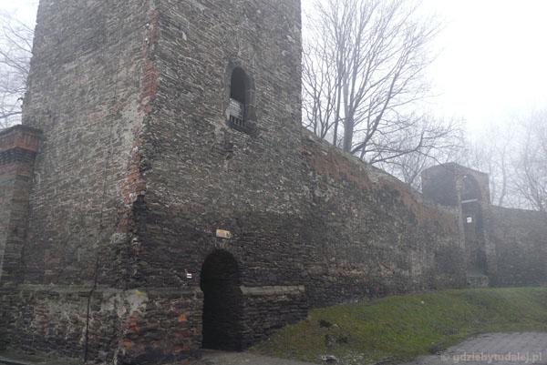 Średniowieczne mury obronne w Paczkowie.