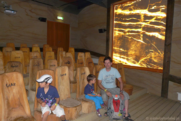 Oglądając film, testujemy krzesła wykonane z różnego drewna.