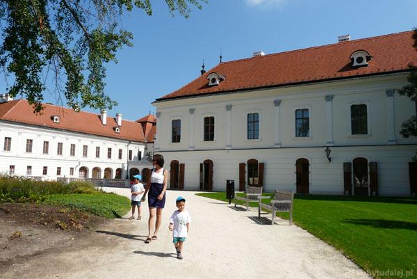 Spacer po pałacowym ogrodzie.