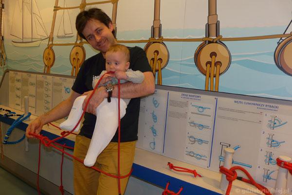 Uczymy Grzesia wiązać węzły żeglarskie.