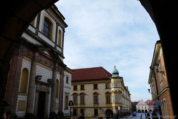 Widok przez bramę na centrum Jiczyna z pałacem.