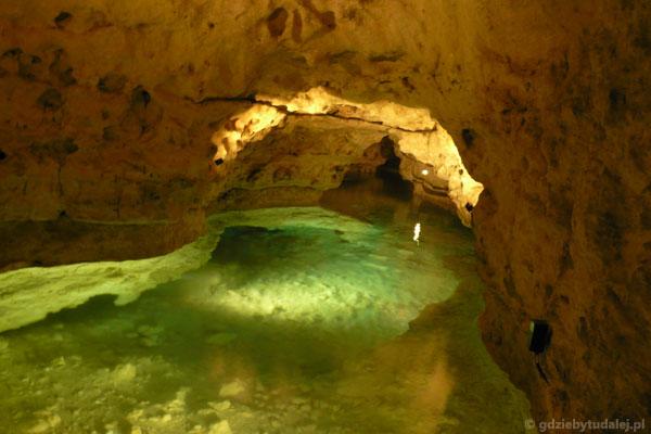 Zalane korytarze jaskiniw Tapolcy w pełnej krasie.