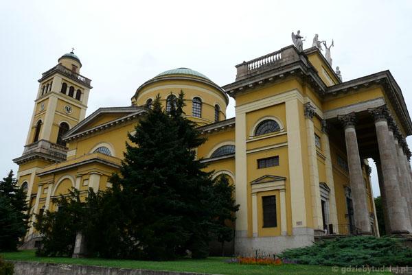 Monumentalna klasycystyczna archikatedra.