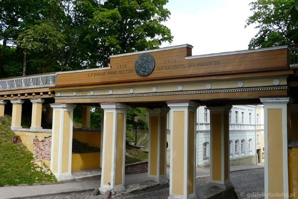 Most Aniołów na wzgórzu katedralnym w Tartu.