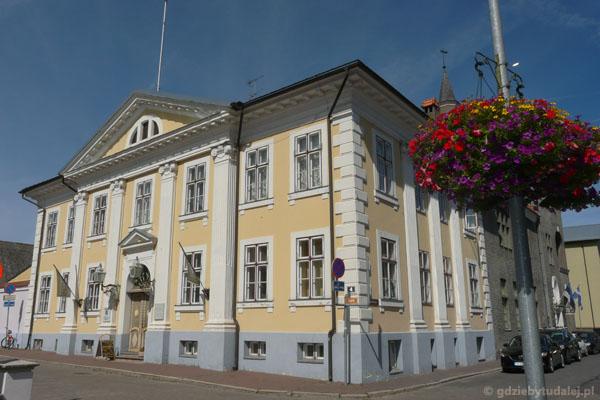 Ratusz w Pärnu (kon. XVIII).