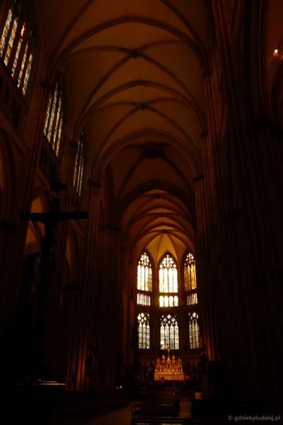 Do ratyzbońskiej katedry wpada światło poranka.