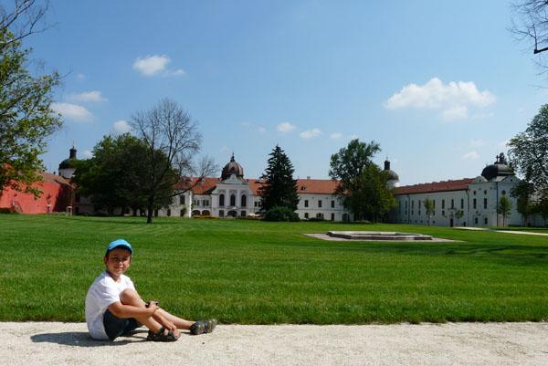 Spacerując po ogrodzie, zerkamy na pałac.