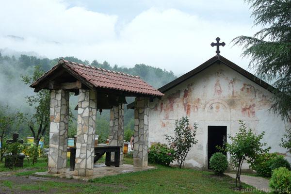 Dzwonnica i cerkiew św. Mikołaja.