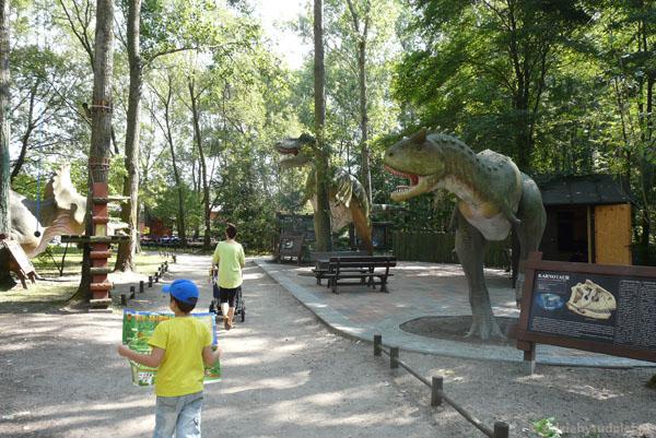 Karnotaur, tyranozaur i triceratops.