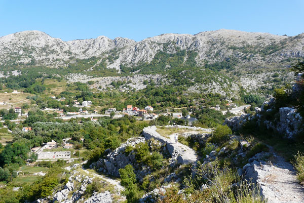 Malownicza dróżka spod ruin zamku w Brajići.